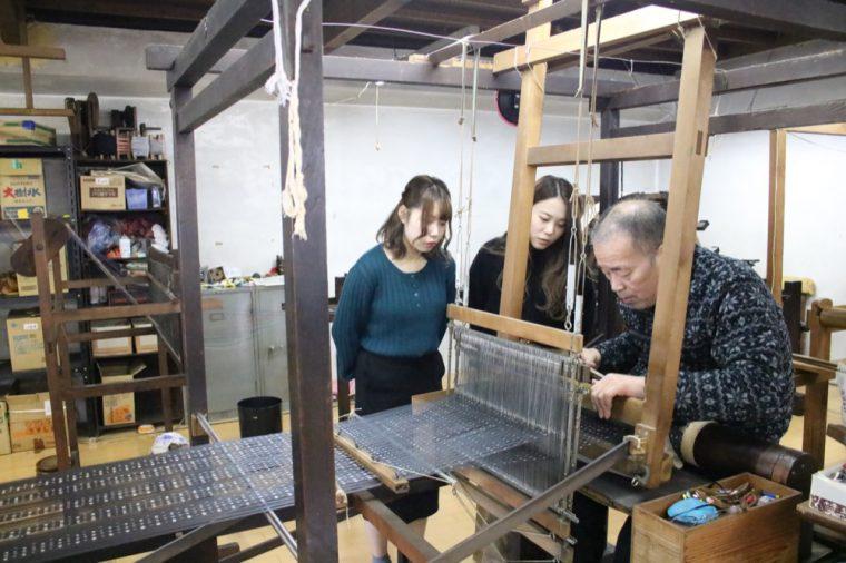 染色を終えた経糸(タテイト)と緯糸(ヨコイト)ですくい織という製織の様子。とっても集中力や時間のかかる作業です。