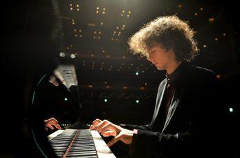 浜松国際ピアノコンクールで優勝した話題の新星ピアニスト、ジャン・チャクムル登場!
