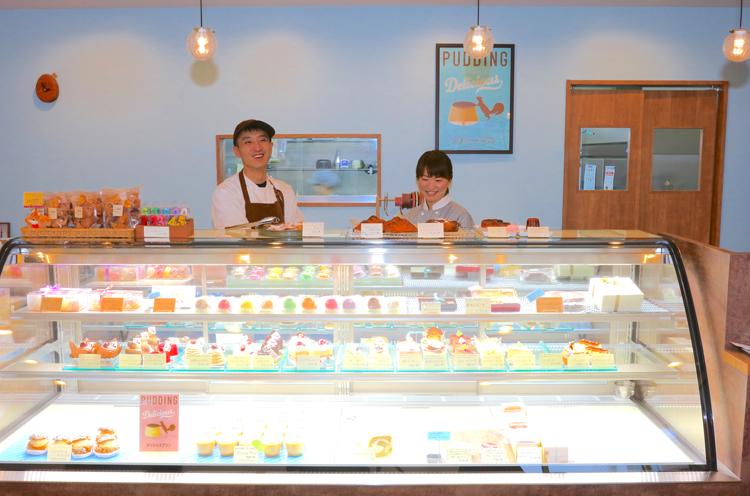 左が店主・更科賢祐さん、右は奥様・真由美さん。奥様の接客もROOTSの魅力のひとつです!
