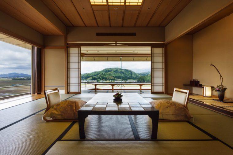 日本庭 園や越後平野を一望できる客室を用意