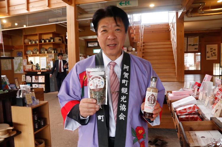 神田町長が持っているのは、エゴマを使ったドレッシングとふりかけ。阿賀町のこどもたちのアイデアが