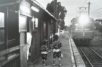 燕市出身の写真家、故・捧武が撮影した新潟交通電車線の写真を展示