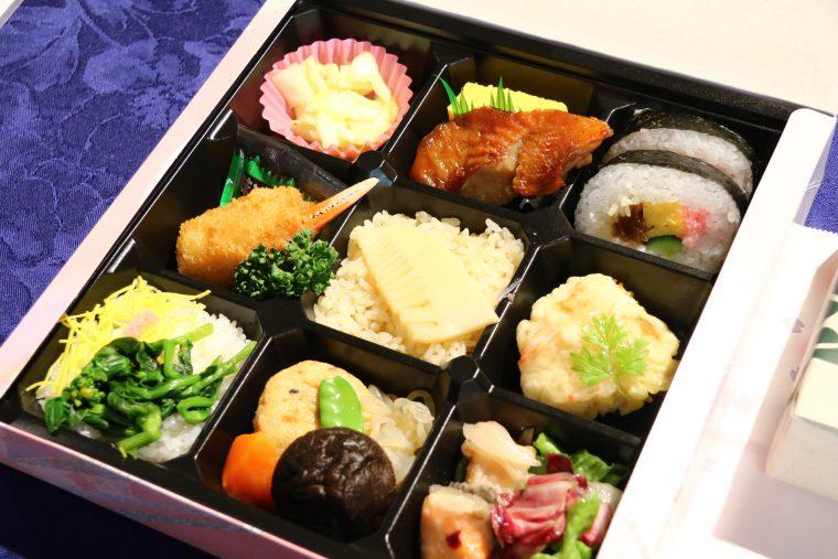 竹の子ごはんに春キャベツの桜漬け、ちらし寿司などなど。好物ばかりで丸山大喜び。
