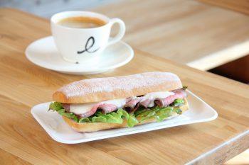 長岡駅から徒歩3分。朝7時からオープンするカフェ
