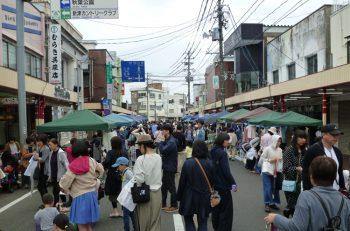 新津本町通りで行なわれるフリーマーケット。ミニSLも運行するよ!