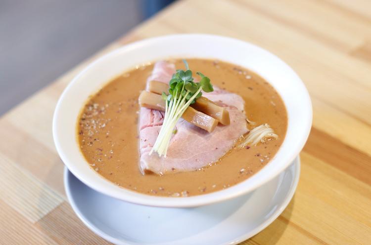 ゴマとスープのうまみをシンプルに楽しめる長岡店限定の『担々麺・黒』900円