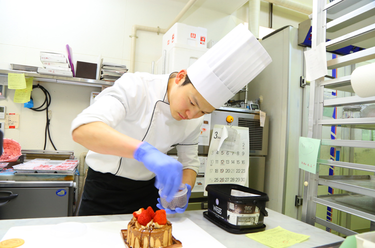 上記『プレミアムショートケーキ』の生みの親、スーシェフの田中光昭さん。ケーキの仕上げから商品開発まで、現場を仕切る若頭