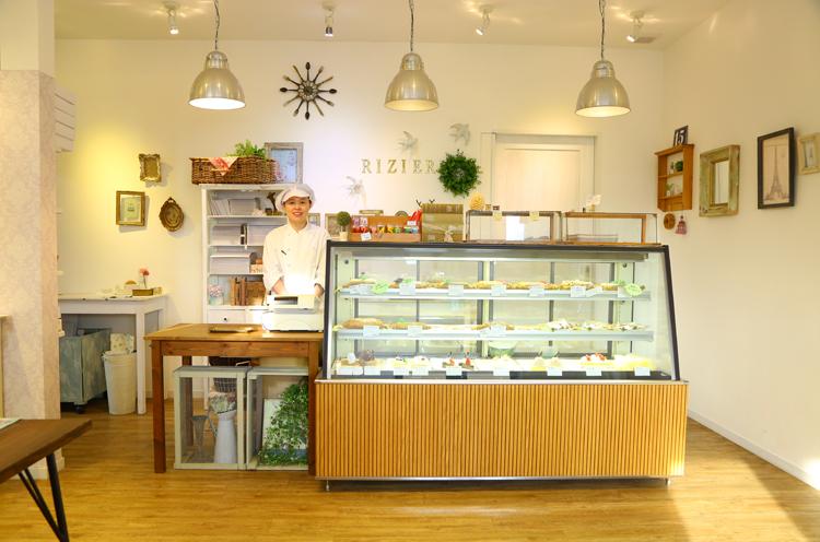 かわいらしい雰囲気の店内。ショーケース脇に立つのは店長・廣田さん