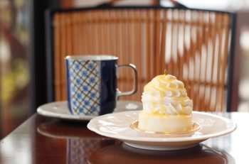 濃厚ムースとレモンソースが相性抜群なレアチーズケーキ 弥彦村