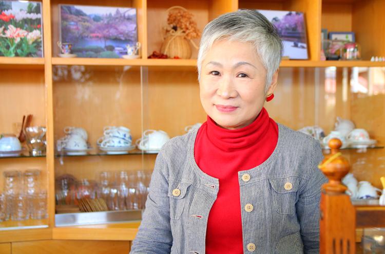 ママの下間ヨシ子さん。明るく元気な下間さんとの会話を楽 しみにしているお客も多いのだとか