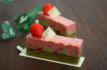 表面のハート柄がキュート!イチゴとピスタチオの春らしいケーキ|燕市吉田
