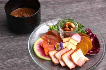 JR亀田駅近くに自家製の燻製と肉料理が看板メニューのビストロがオープン