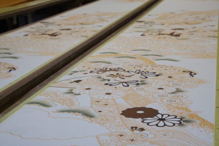 ベタ塗りの箇所やぼかして塗る箇所などさまざま。細かく決められた設計図を元に、丁寧に職人さんが仕上げていきます。