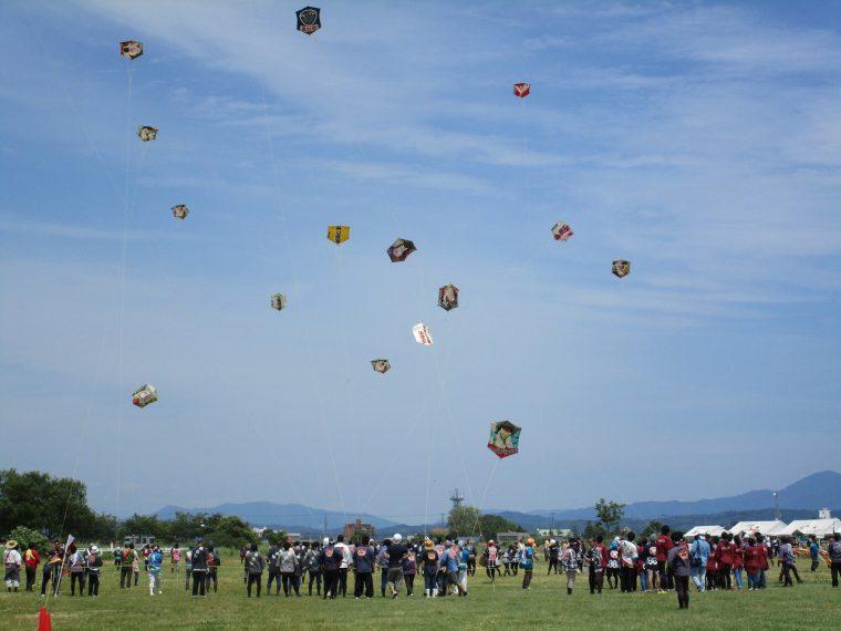 【三条市】武者絵巻の六角凧が大空で勇壮な空中戦を繰り広げます