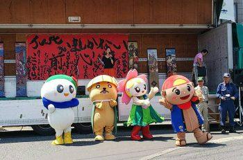 五泉市村松商店街に武者のぼりを掲げるおまつり。ライブ、はたらく車展示、フリマも