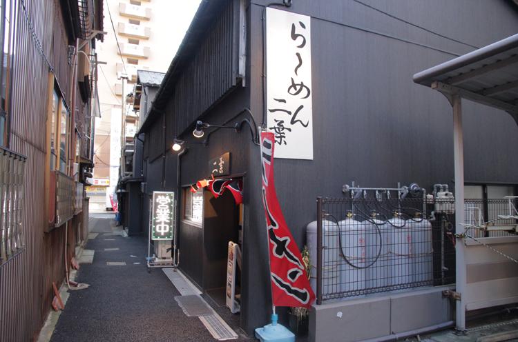 小路の先が上大川前通。老舗コーヒー店シャモニー本店の角を目印に