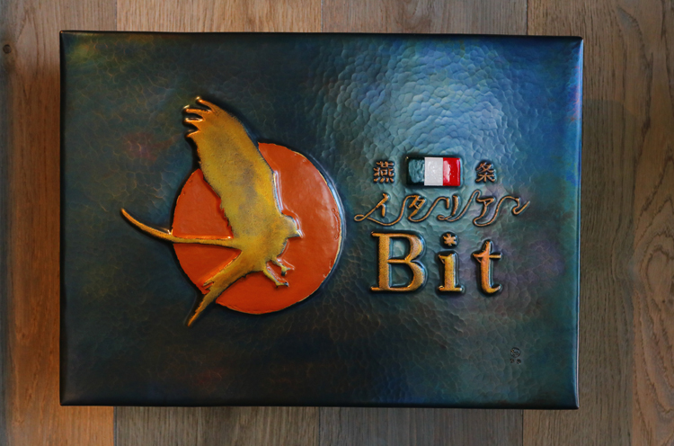 メインフロア入口には、鎚起銅器で有名な燕市・玉川堂によるオリジナルの看板が!