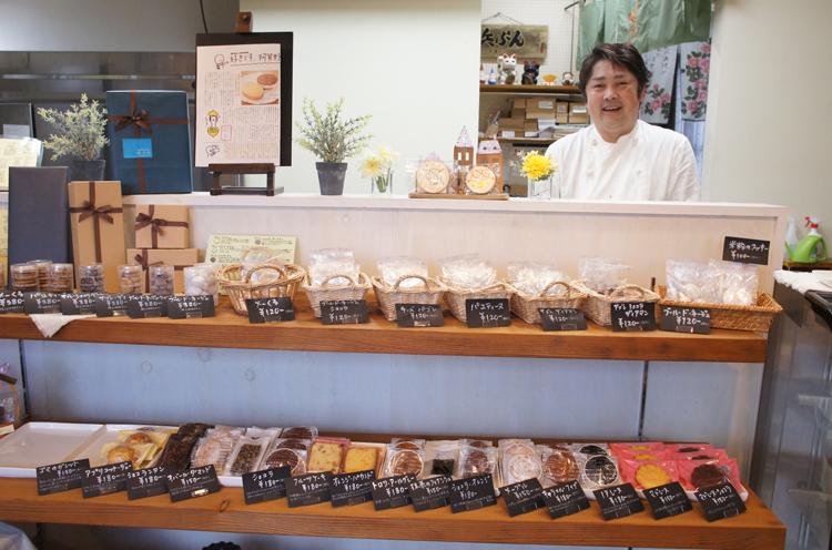 お店の洋菓子を手掛ける店主の濱崎さん。「週末スイーツの内容は浜ぶんのフェイスブックにて紹介しています。ぜひご覧ください」