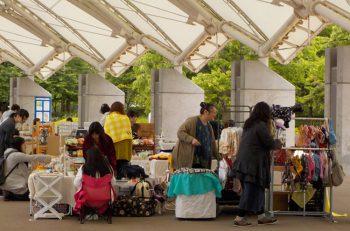 スポーツ公園にハンドメイド雑貨の販売やワークショップなどのお店が並びます