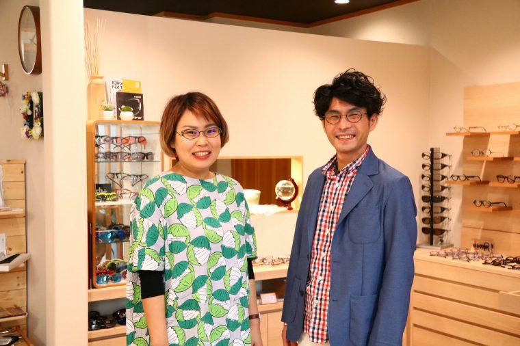 左からアイウェアコンサルタントの仲村早央里さん、オーナーの長谷川 毅さん