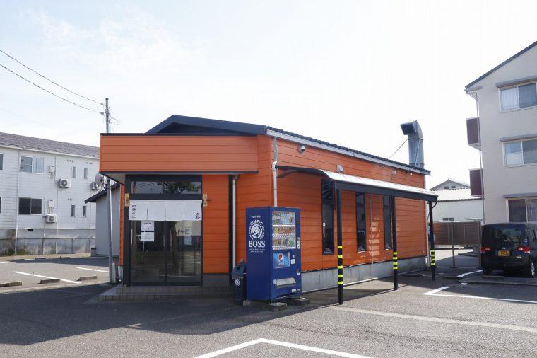 長岡インター近く。オレンジ色の建物です