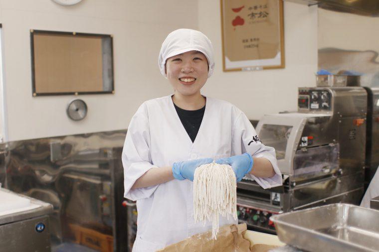 製麺担当の桑野さん。かわいい