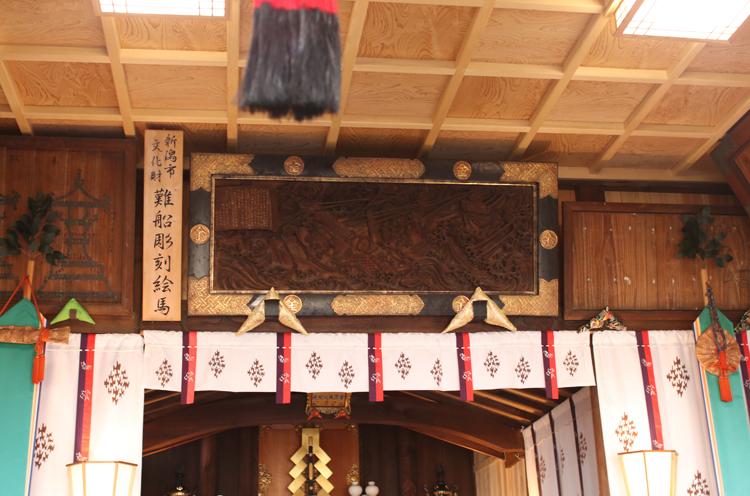 社殿には難船彫刻絵馬が掲げられている