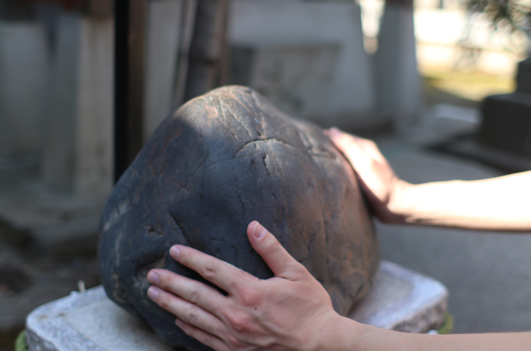 手を触れながら息を3回吹きかけ心のみそぎなどをする、清麗の石
