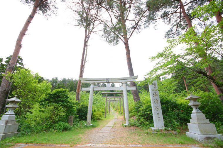 もみじ谷から5分ほど歩いた場所にある湯神社への鳥居