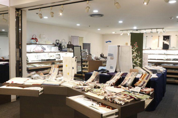 店内は女性だけでなく、男性用の着物や和装小物なども豊富に揃えている