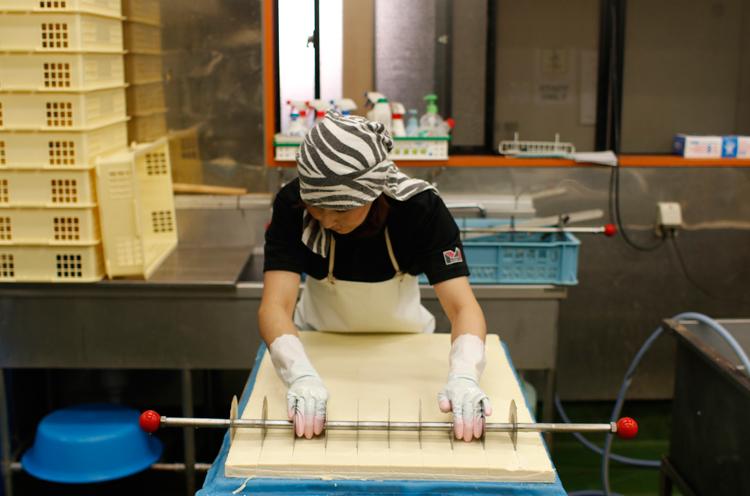 出来上がった豆腐を切っているところ