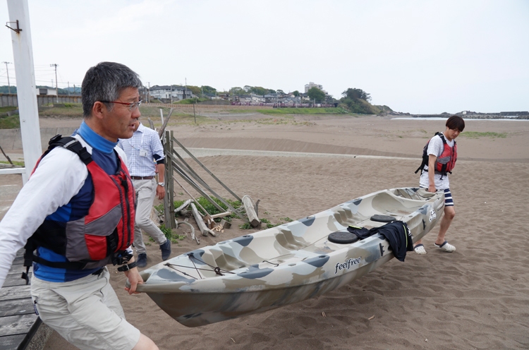 桜井市長自ら波うちぎわまでカヤックを運びます
