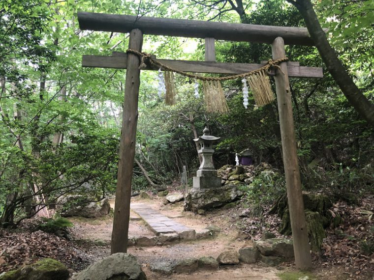 勝神社の御神廟
