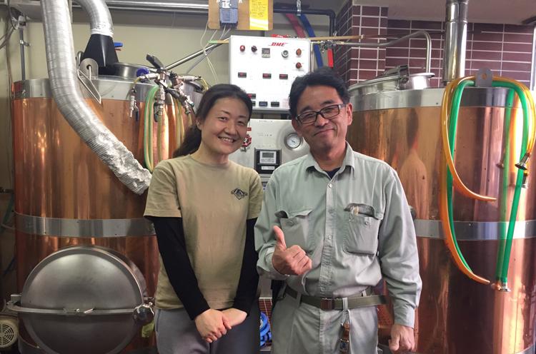 右がOutsider Brewing の丹羽さん。商店街にある小さな醸造場で多くの賞を受賞する、クオリティの高いビール造りで評判