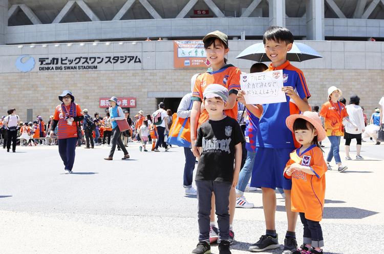世界に誇るスタジアムを一緒につくるプロ ジェクト「ビッグSMILEスタジアム」のメッセージ募集に協力してくれた子どもたち。 皆さんの想いに応えるためにも勝ちたい!