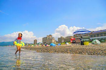 【村上市】1kmのロングビーチが広がる瀬波温泉海水浴場が7月15日(祝)オープン