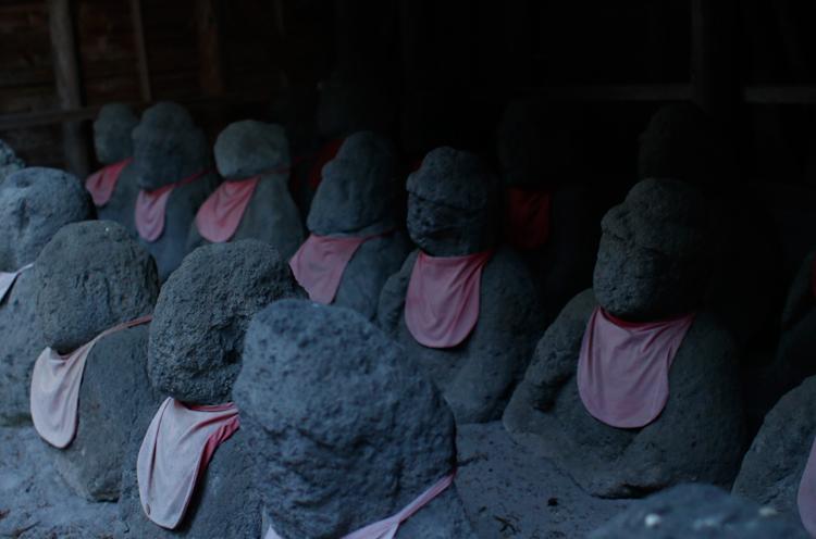 26体の石仏を安置