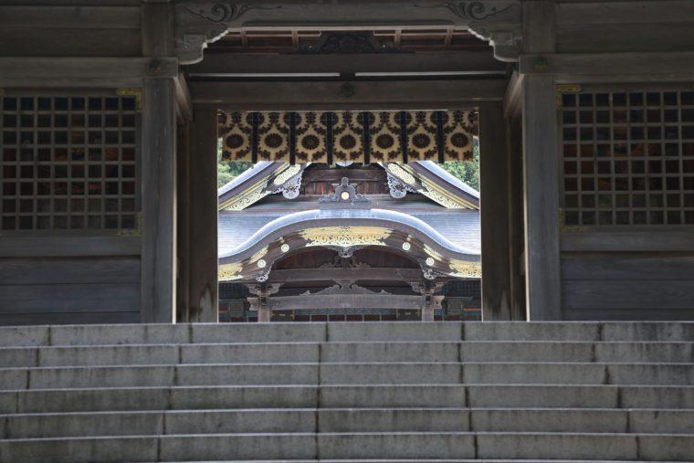 随神門から拝殿を見たところ