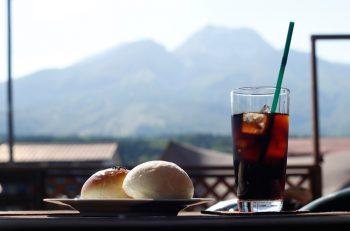 テラス席の眼の前に妙高山がドーーーン。まさに「山の家カフェ」
