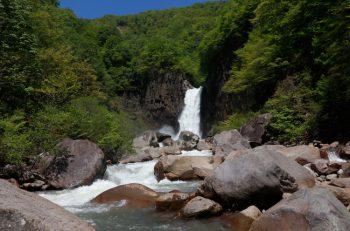滝めぐりで、マイナスイオンとパワーを浴びる!|妙高市