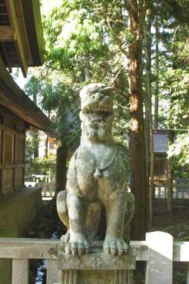 随神門前の狛犬。名工・酒井八右衛門の代表作で、国の登録有形文化財