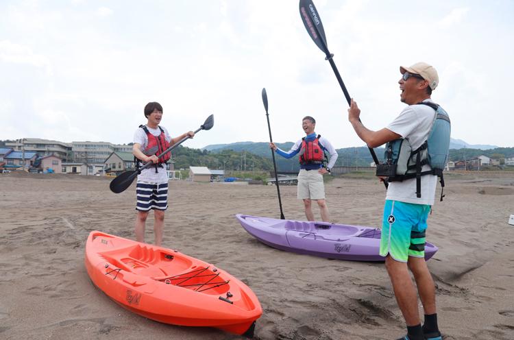 まずはパドルの漕ぎ方を教わって。桜井市長は早く海に出たいようでうずうずしているご様子