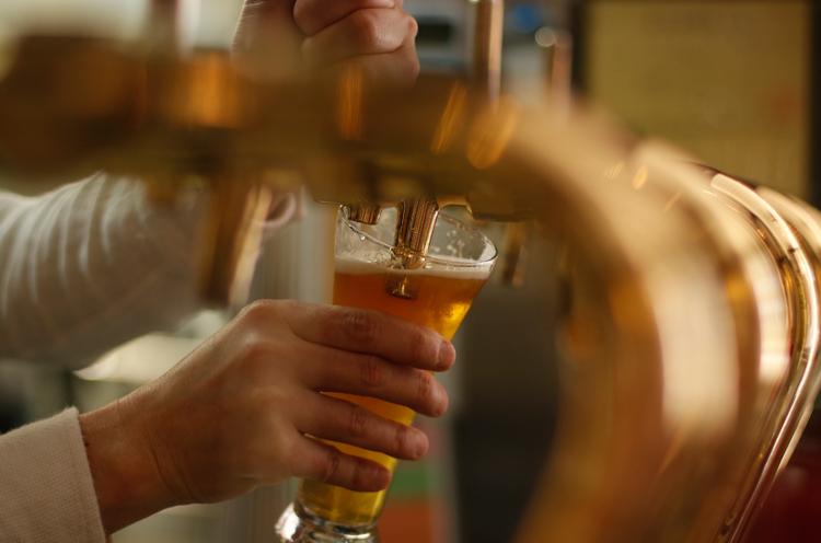 泡は少なめ、常温で豊かな香りと味を楽しみながら、ゆっくりと飲むヨーロッピアンスタイルがおすすめ。ALE beer&pizzaでは妻有ビールの3種すべてを取り扱う