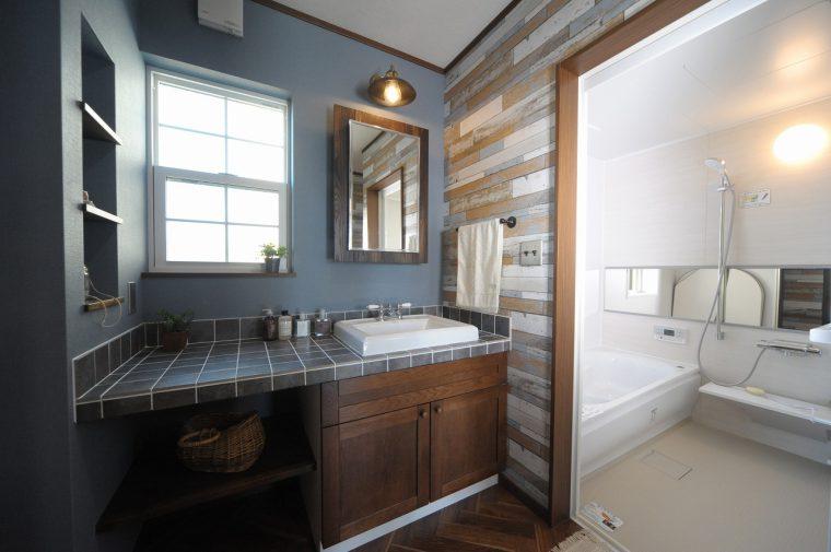 ナチュラルな雰囲気の洗面台、バスルームも魅力