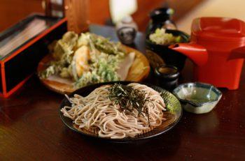 昔懐かしい空間で手打ちの二八そばと季節限定天ぷらを|妙高市