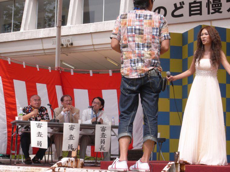 劇中に出てくるカラオケ大会のひとコマ。オーディションで選ばれたボーカリストの鎌倉さん。熱唱ぶりに注目!