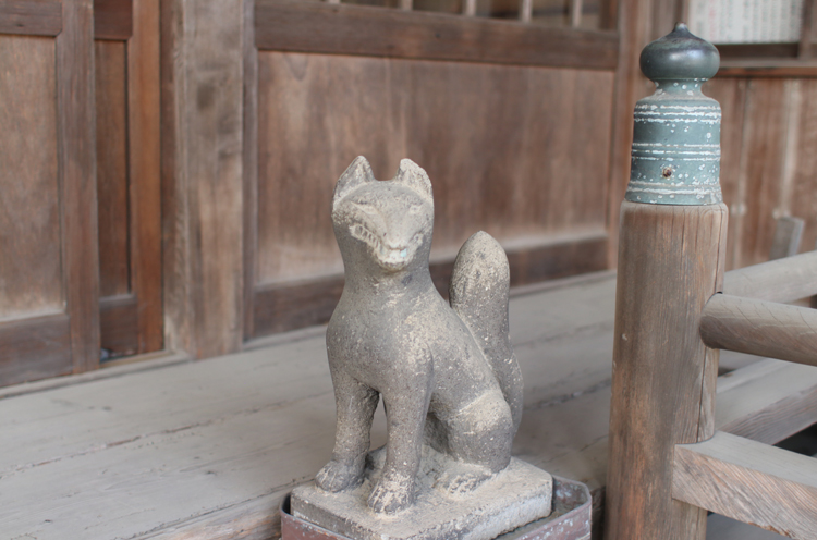 拝殿前のこんこん様(キツネ像)