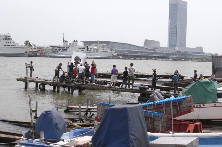 信濃川沿いでの撮影風景。主人公のふたりが知り合うきっかけとなった密輸入のシーン