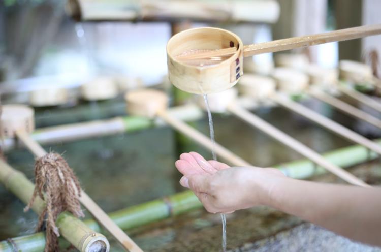 手水舎で手を清めます