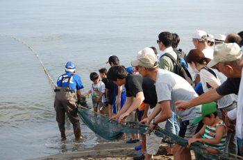 地引網、漁船乗船体験、タッチプールなど、いろんな浜遊びが体験できる!